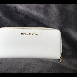 I'm selling a Michael Kors purse with a wallet